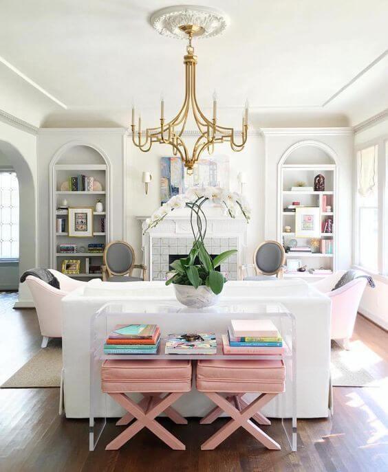 Aparador para sala de vidro atrás do sofá branco