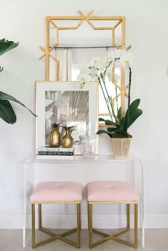 Aparador para sala de vidro com detalhes em dourado na decoração