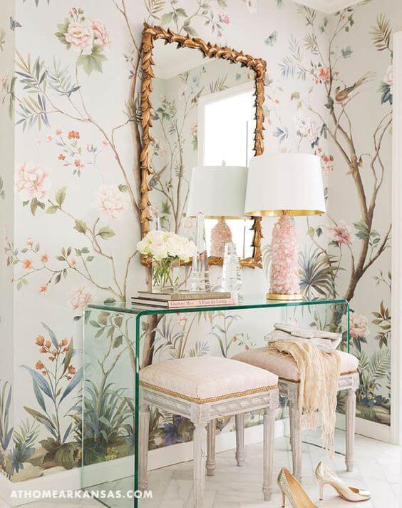 Aparador de vidro para sala com detalhes cor de rosa