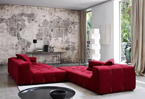 Aparador para sala com sofá vermelho em destaque
