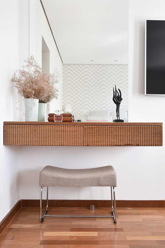 Use o aparador suspenso para sala para ganhar espaço no ambiente