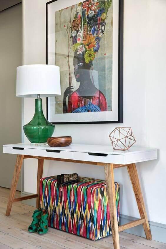 Decoração de aparador para sala de estar colorida