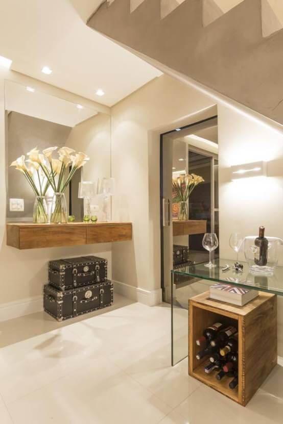 Aparador para sala suspenso com decoração de caixas abaixo e espelho