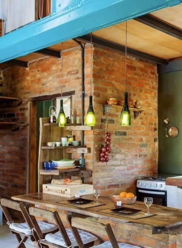 Área da churrasqueira com mesa de madeira rústica