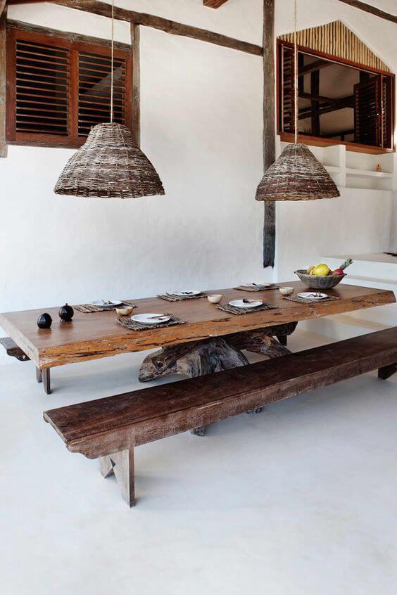 Área de churrasqueira com mesa de madeira rústica