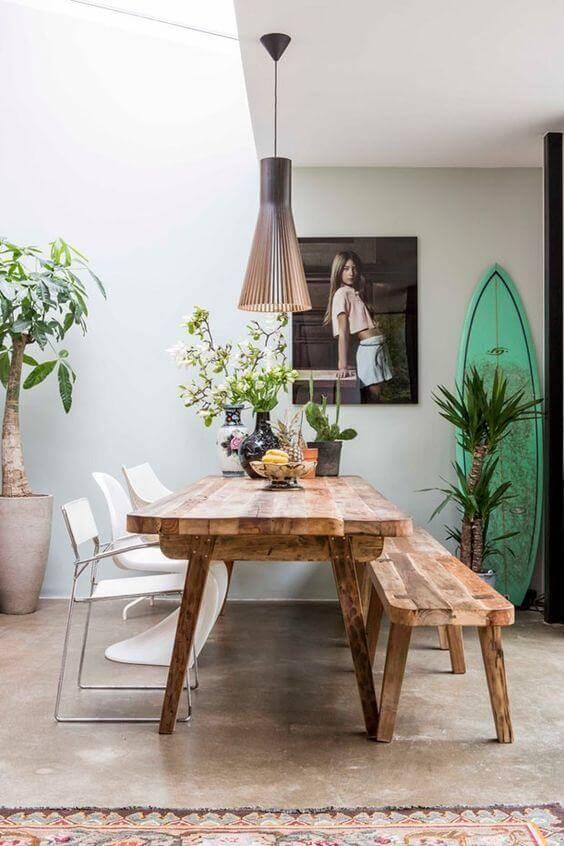 Área externa com mesa de madeira rústica