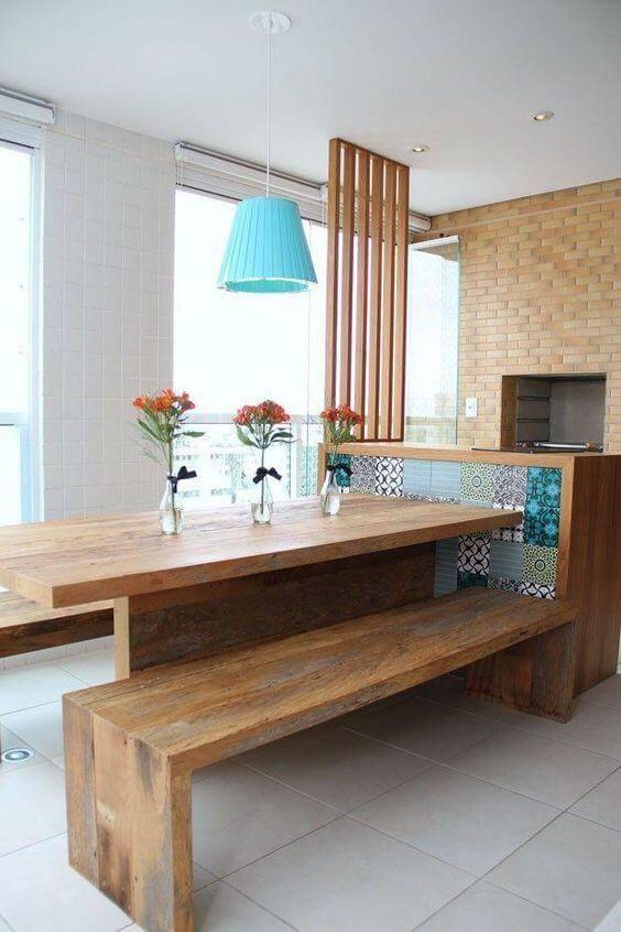 Área gourmet com mesa de madeira rústica