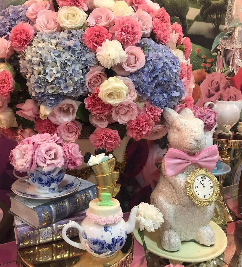 flower arrangement for fifteen year old party decoration Alice in Wonderland Photo Casa Mágica Buffet