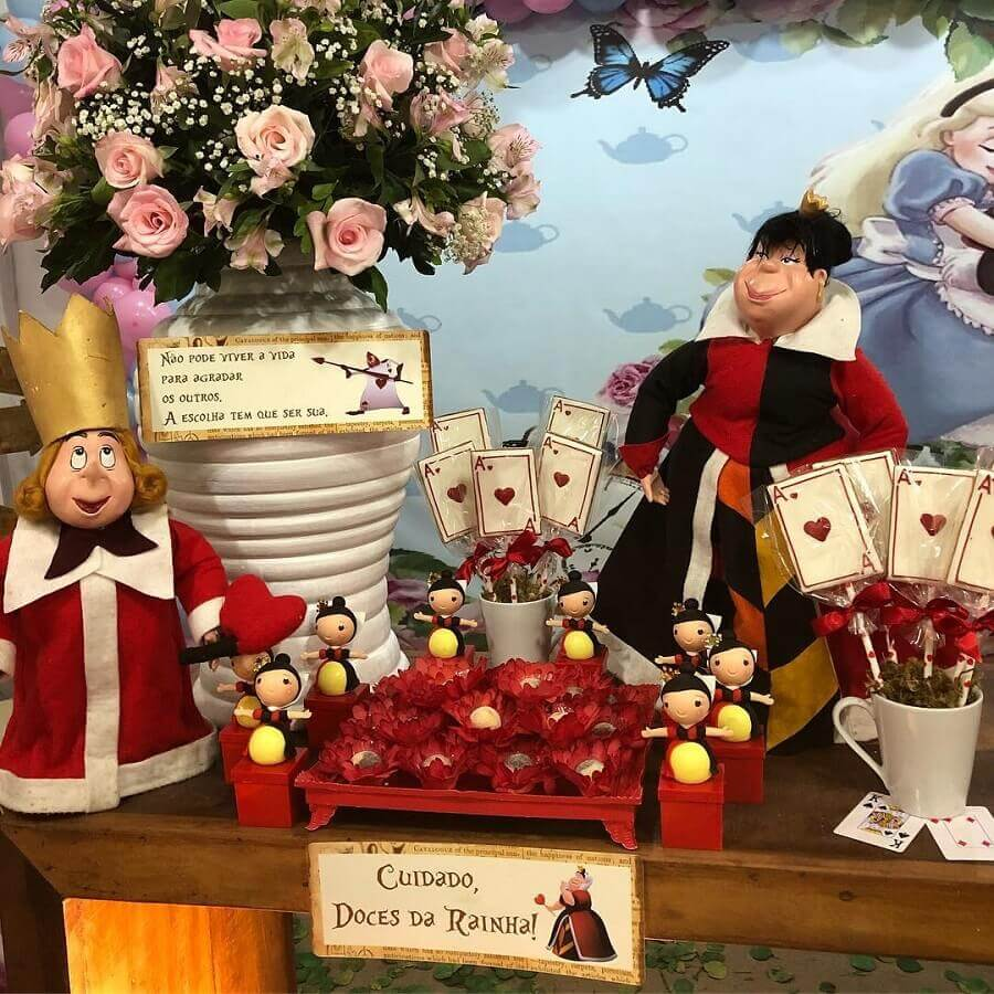 arrangement of roses and dolls of characters for decoration of alice party in wonderland Photo Thematic Workshop