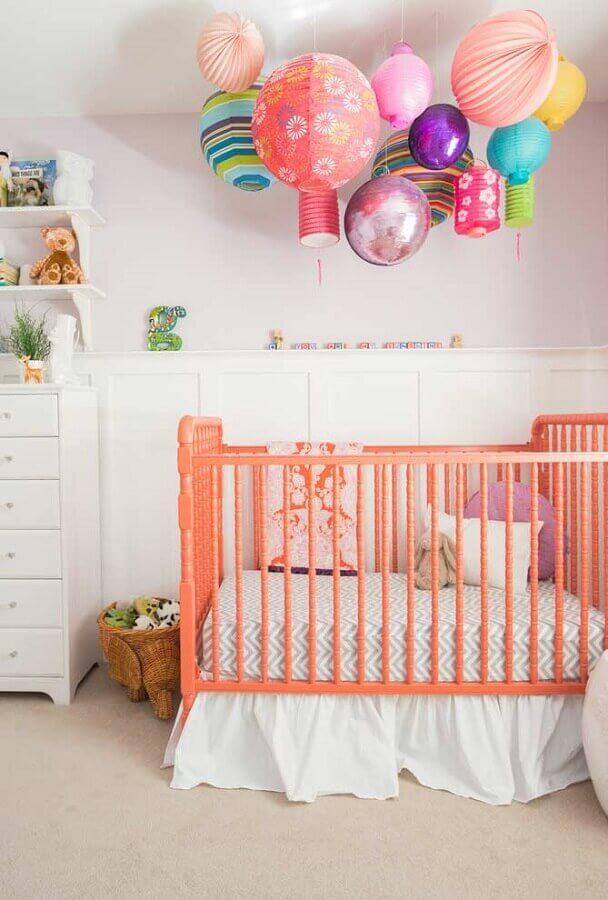 balões coloridos para decoração de quarto de bebê menina com berço salmão Foto Ideias Decor