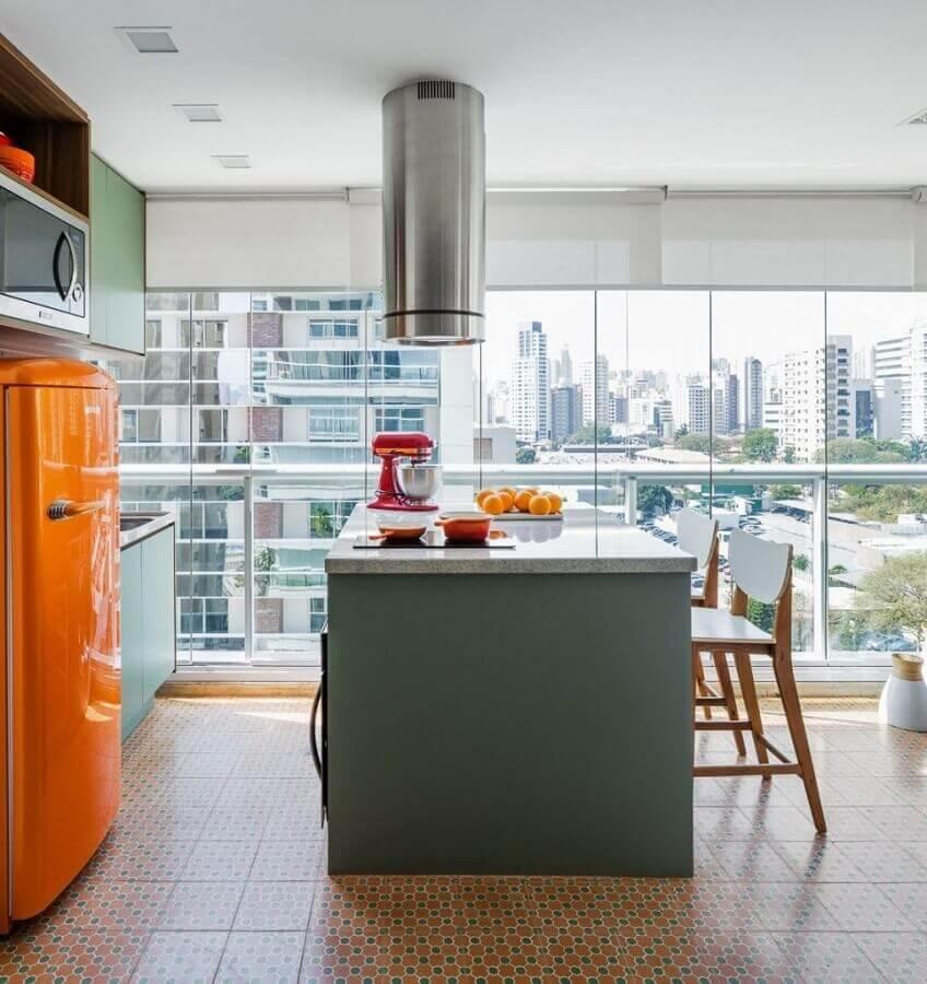 bancada para varanda gourmet de apartamento moderno com geladeira laranja Foto Clic da Obra