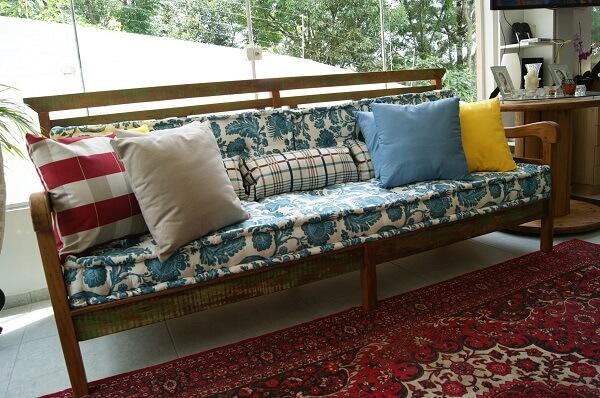 banco de madeira com almofadas coloridas