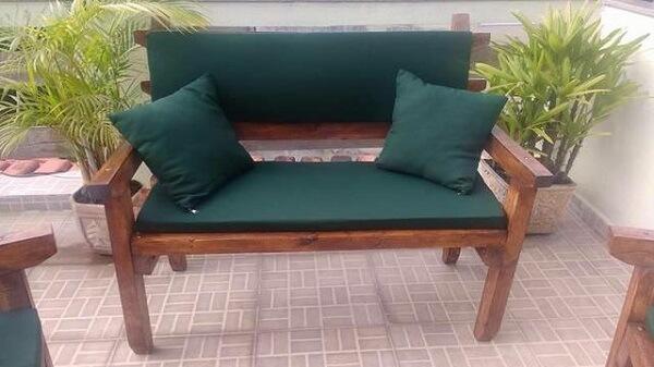 banco de madeira com almofadas verdes