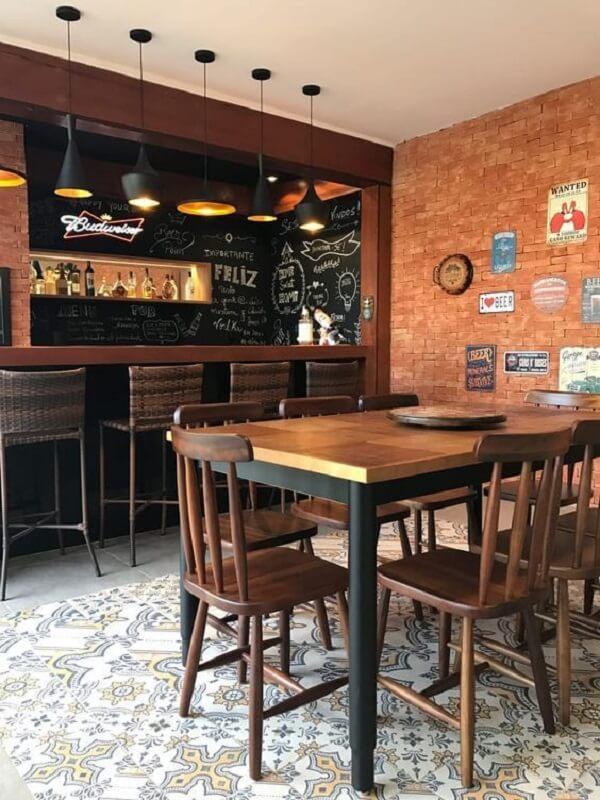 banco de madeira com encosto em um bar