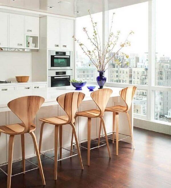 banco de madeira com encosto em cozinha branca