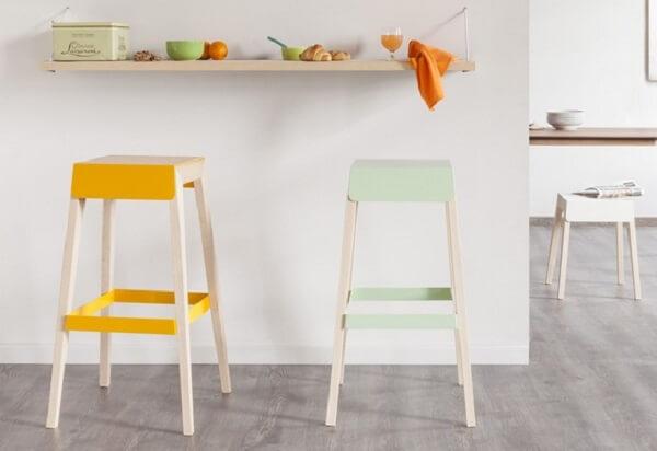 banco de madeira para balcão amarelo e verde