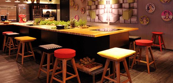 banco de madeira para balcão coloridos