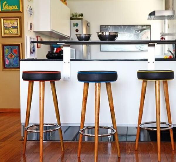banco de madeira para balcão detalhes coloridos
