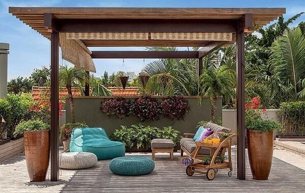 banco de madeira pequeno no jardim
