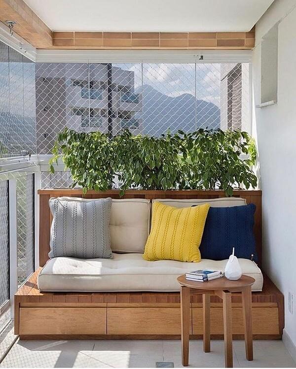 banco de madeira varanda com almofadas coloridas