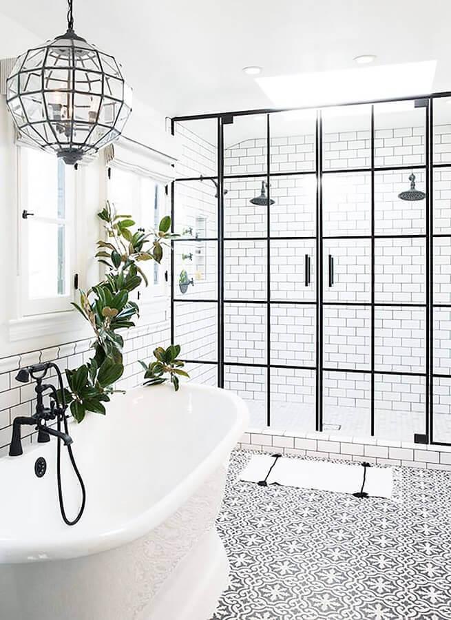 banheiro minimalista com porta francesa de vidro e estrutura de alumínio preto Foto Archello