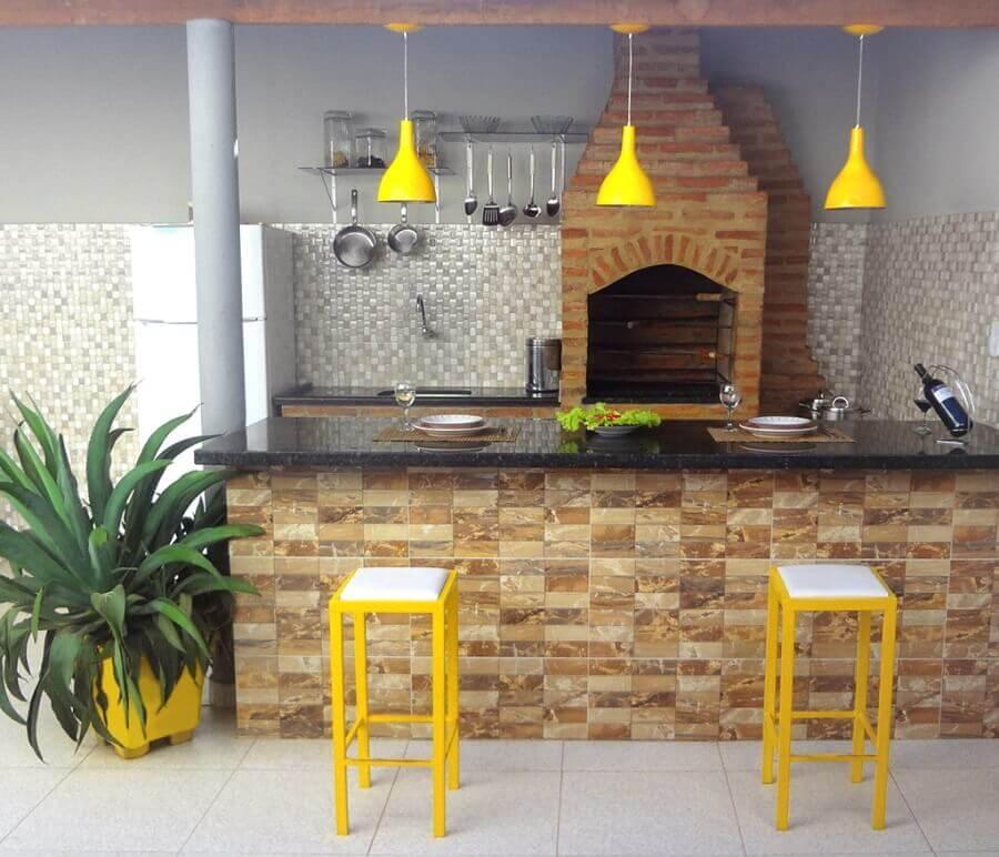 banquetas e pendentes amarelos para decoração de área gourmet rústica simples Foto CasaCoração