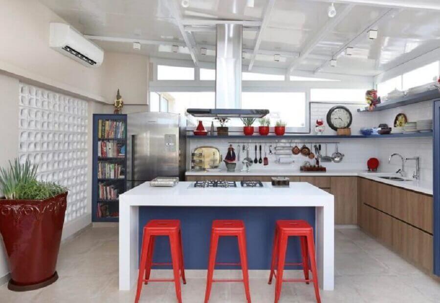 banquetas vermelhas para bancada gourmet branca com cooktop Foto GF Projetos