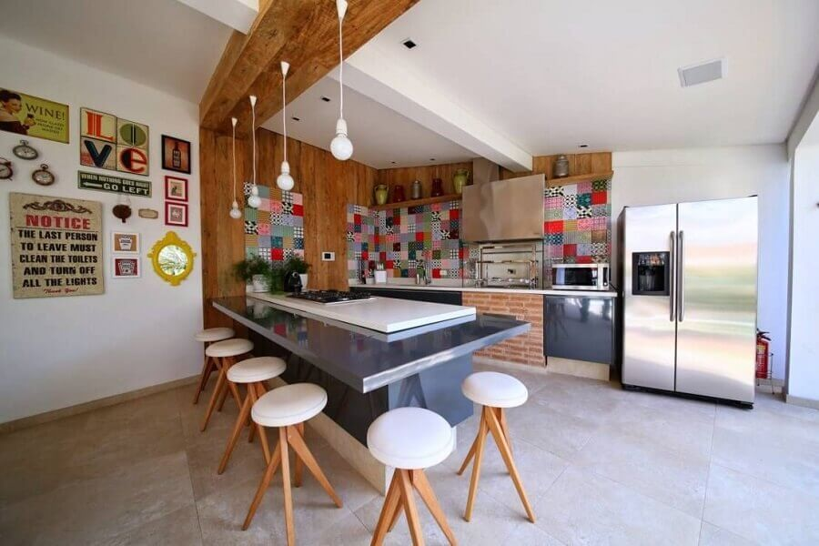 varanda gourmet bem ampla decorada com bancada gourmet com cooktop Foto Pinterest