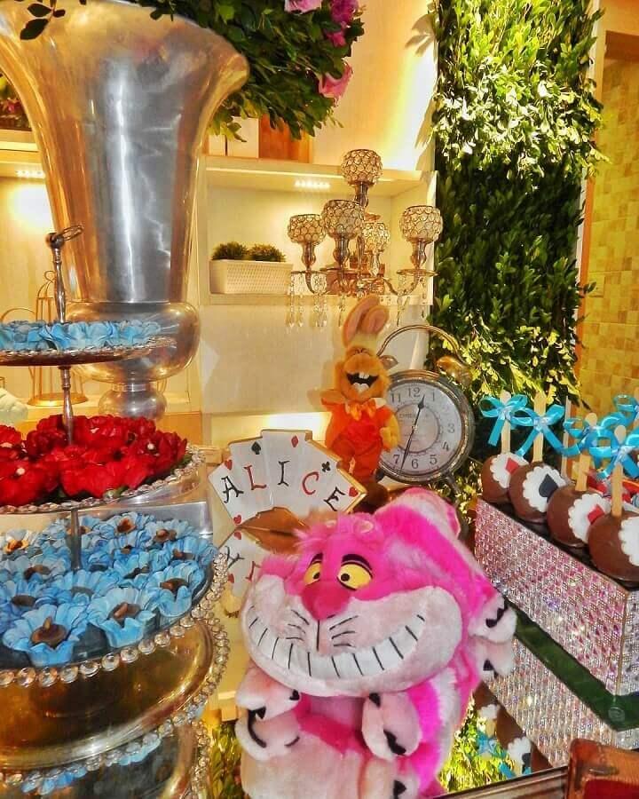 stuffed animals for alice party decoration in wonderland Foto Munhoz Decorations