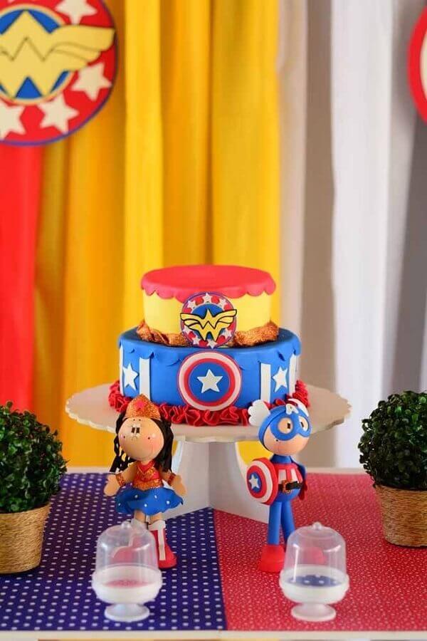 bolo 2 andares decorado para festa infantil da mulher maravilha Foto Kara's Party Ideas