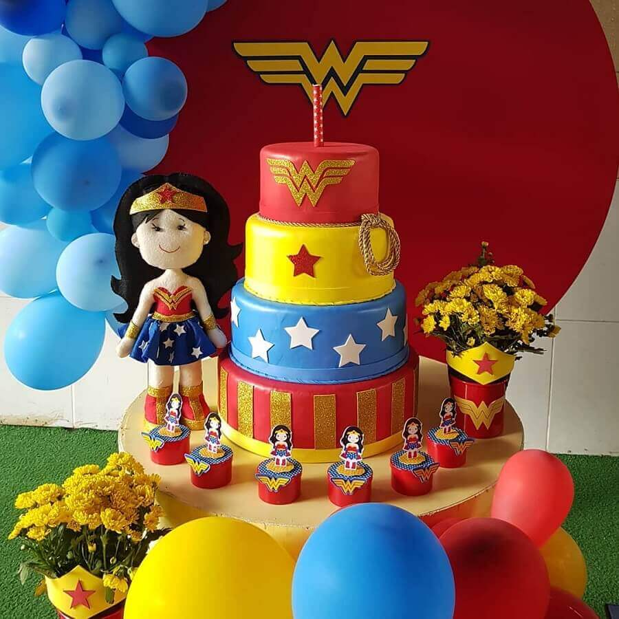 bolo decorado colorido 4 andares para festa infantil da mulher maravilha Foto Little Party
