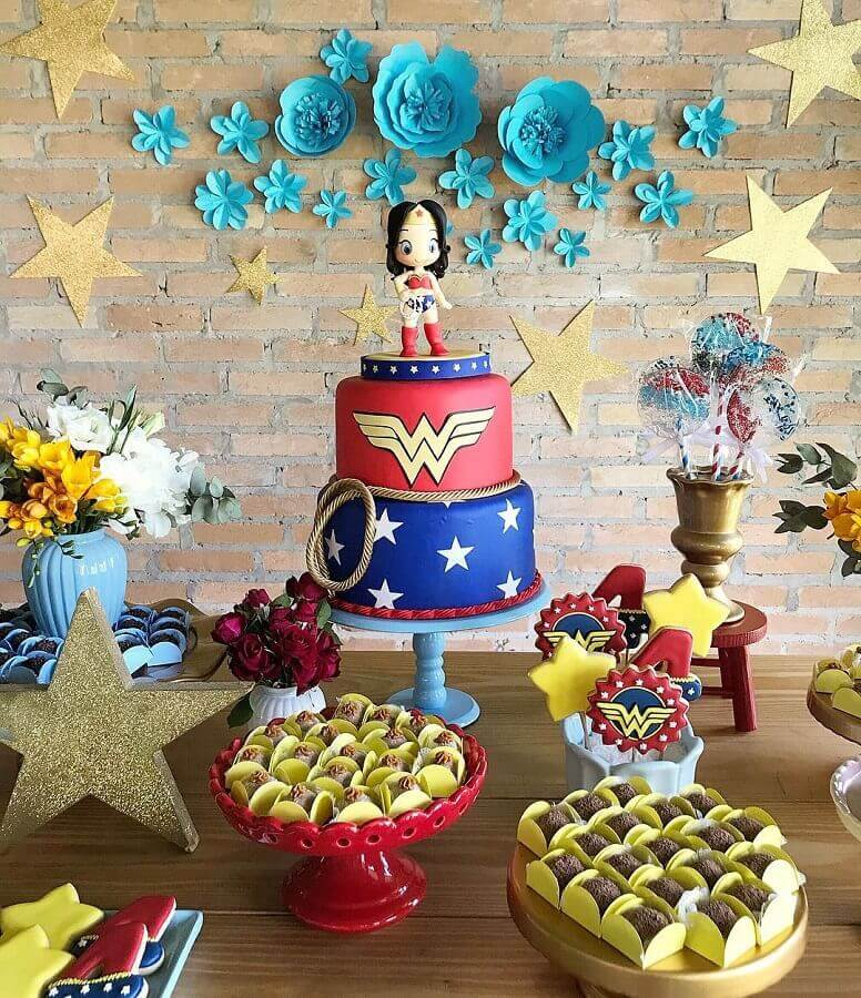 bolo decorado para festa mulher maravilha Foto Brit+Co
