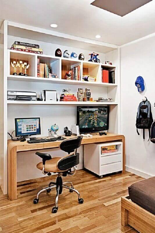 cadeira confortável para escritório em casa com mesa de madeira Foto Simples Decoração