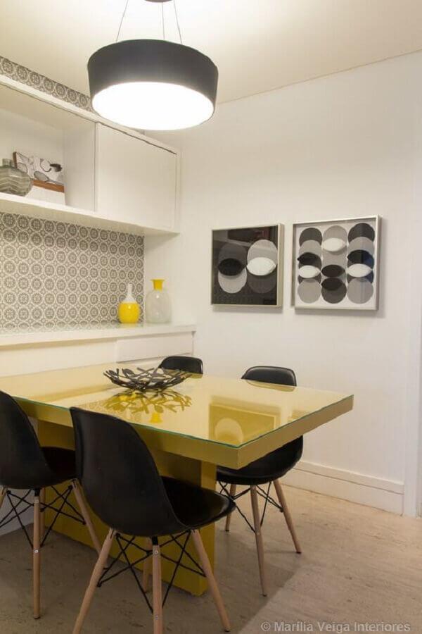 cadeira eames preta para sala de jantar toda branca com mesa amarela Foto Homify