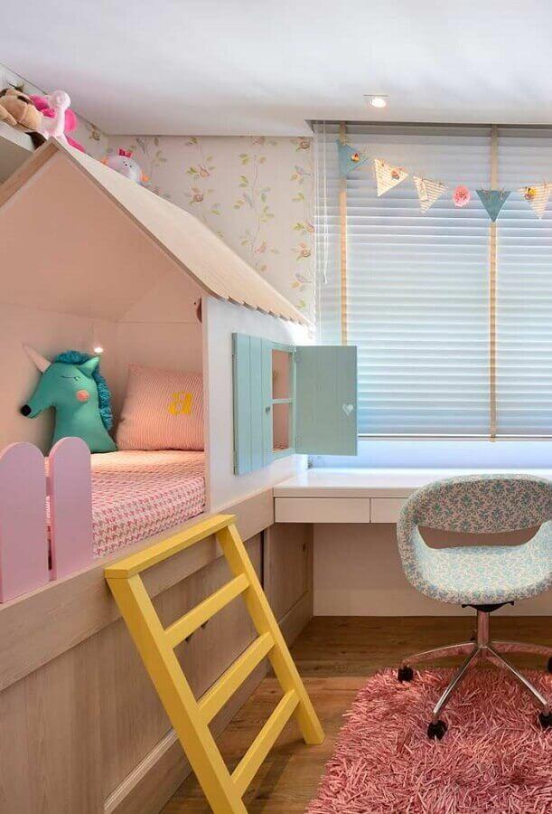 cama casinha para quarto de bebê planejado colorido com tapete felpudo rosa Foto Mimo Infantil