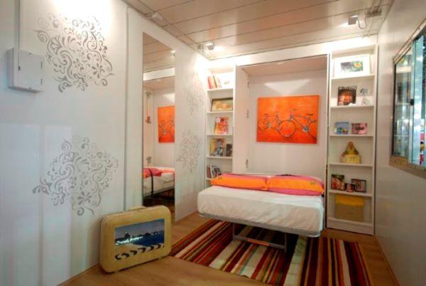 Cama retrátil n quarto infantil colorido