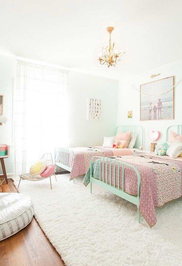 cama verde água e tapete branco para quarto de menina compartilhado Foto Deavita