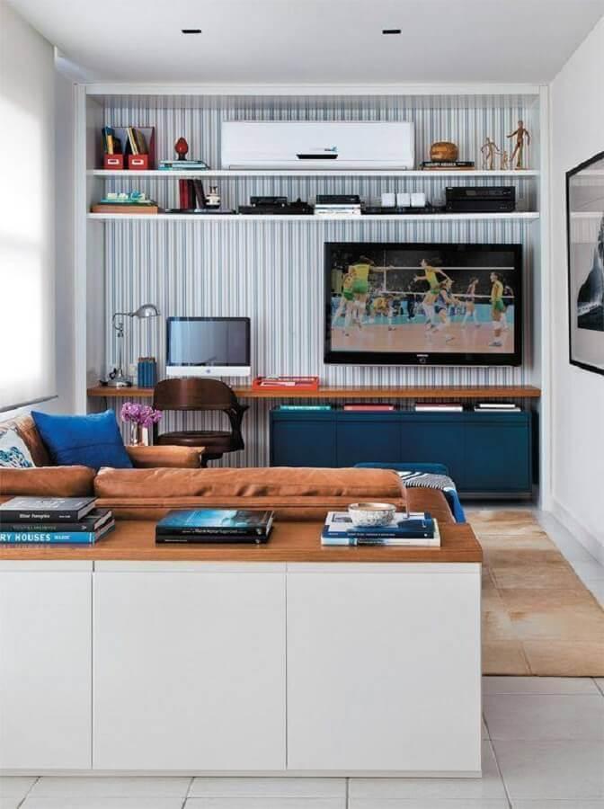 cantinho de estudo na sala pequena com bancada de madeira Foto Decoist