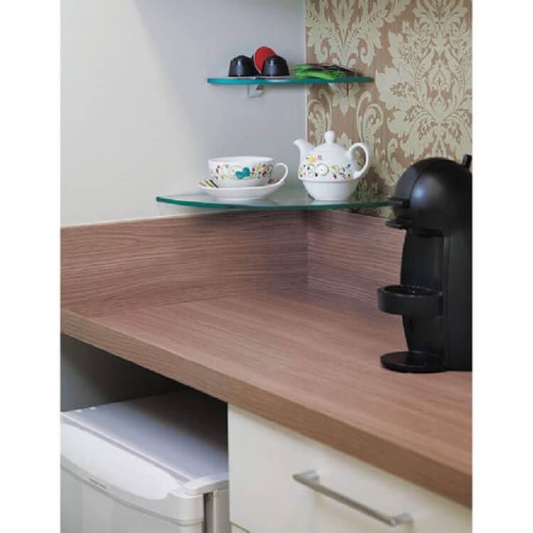 cantinho do café com prateleira de vidro de canto Foto Pinterest