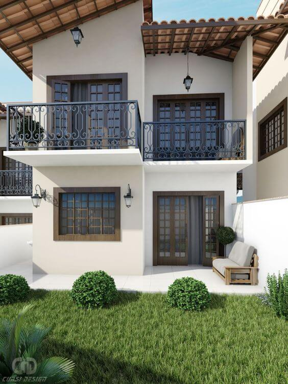 Casa com janelas de madeira e porta combinando