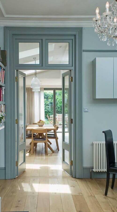 casa com porta francesa de madeira e vidro interna Foto Webcomunica