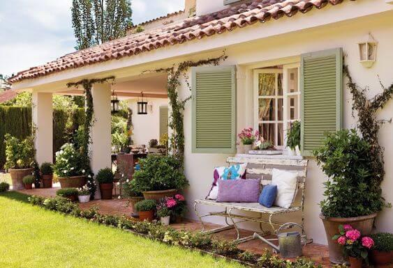 A casa no campo fica ainda mais agradável com as janelas de madeira coloridas