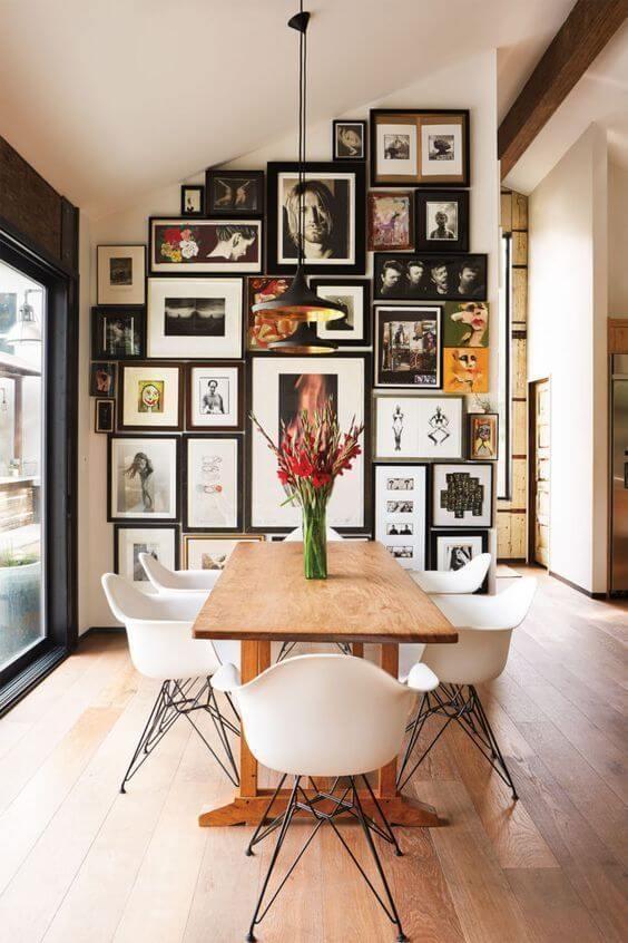 Casa moderna com mesa de madeira rústica