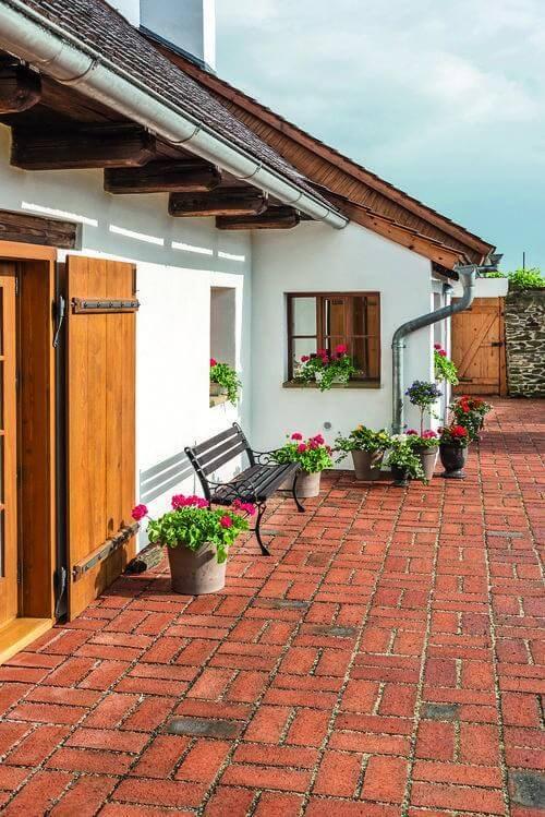 Casa no campo com janelas de madeira