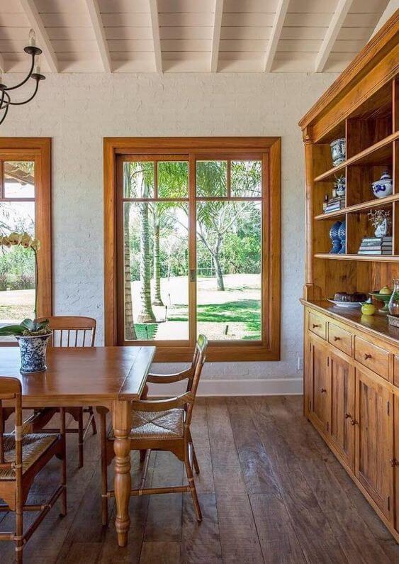 Casa rústica com janela de madeira