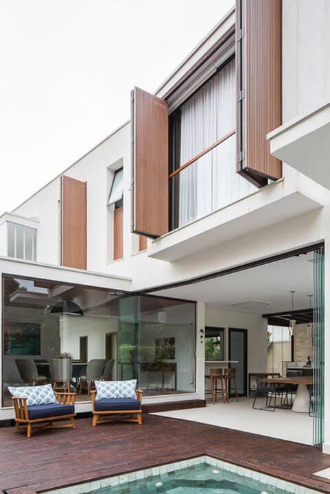 Casas com janelas de madeira e vidro