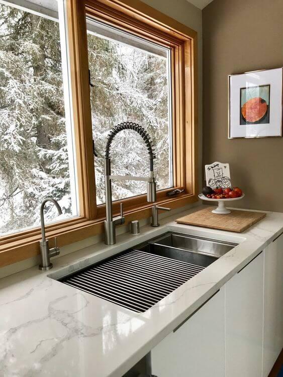 Cozinha com janela de madeira