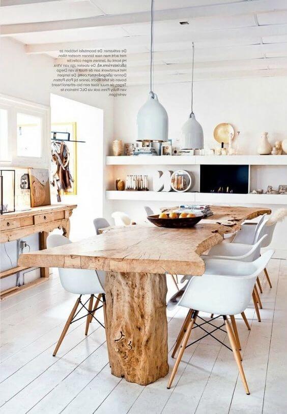Cozinha com mesa de madeira
