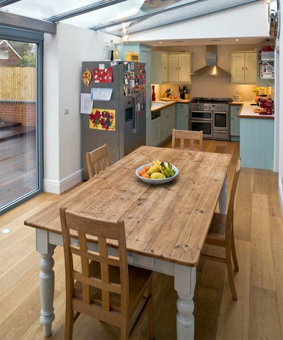 Cozinha com mesa de madeira rústica
