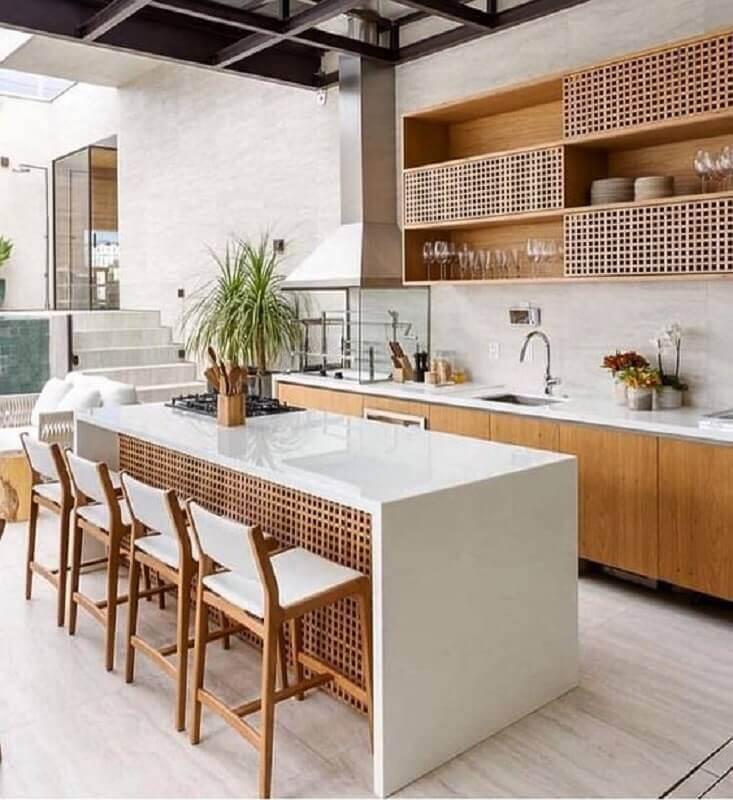 cozinha de madeira decorada com bancada gourmet branca com cooktop Foto Pinterest